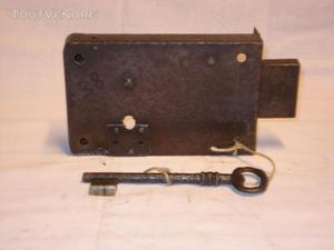 Serrure ancienne en fer forgé, pour porte armoire -