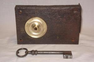 Serrure ancienne pour armoire ou placard, avec clé.