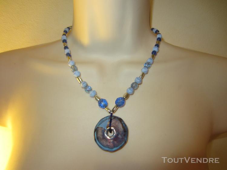 Collier bleu avec un pendentif en nacre