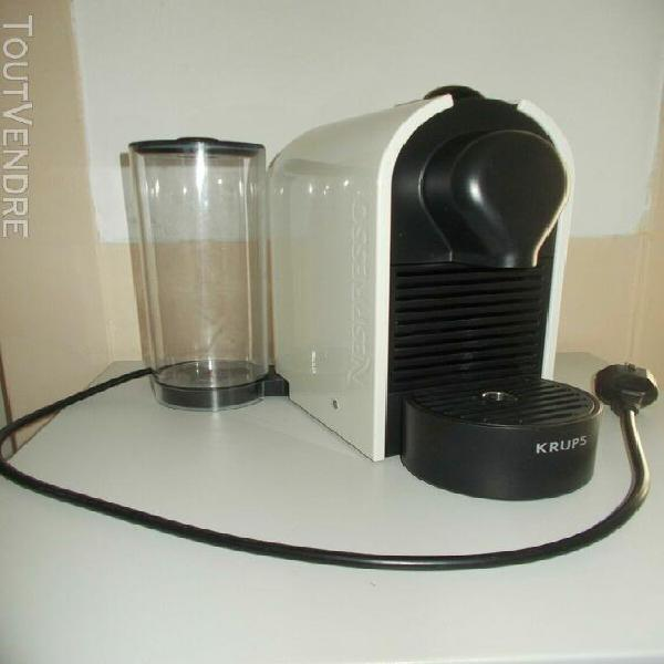 Cafetiere nespresso en excellent état noire et blanche+ 4
