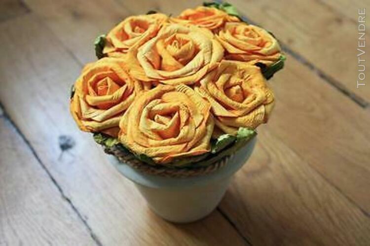 Décoration: bouquet de fleurs jaunes en papier dans petit