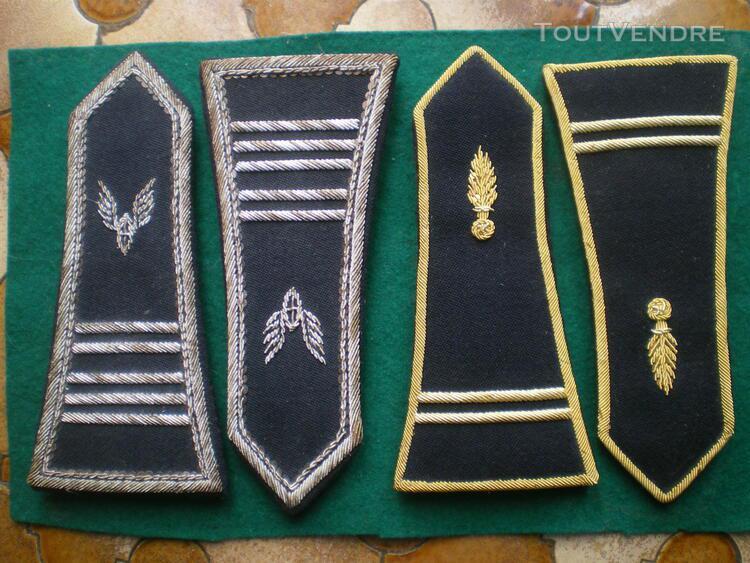 Epaulettes de tenue de gala et diverses armes.