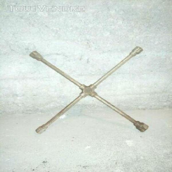 clé ancienne en croix, outils anciens,mécanique garagiste