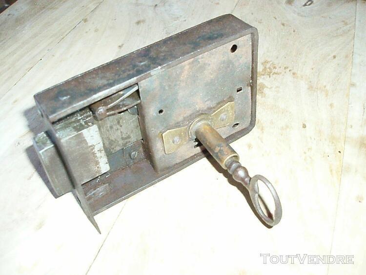 Grosse serrure ancienne avec clef
