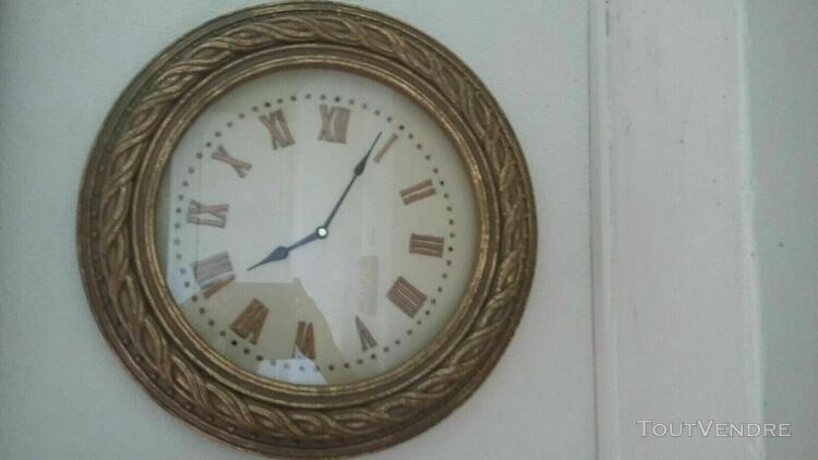 Pendule d'applique ronde en resine doree, diam. 44 cm, à
