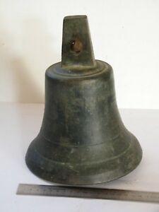 Ancienne grosse cloche extérieur maison maître école