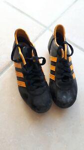 Chaussures adidas a crampons foot vintage p32 noires et