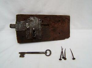 Ancienne grande serrure 18 eme gâche de porte en bois et