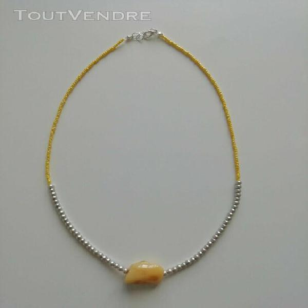 Collier de perles de rocailles jaunes avec pendentif en gale
