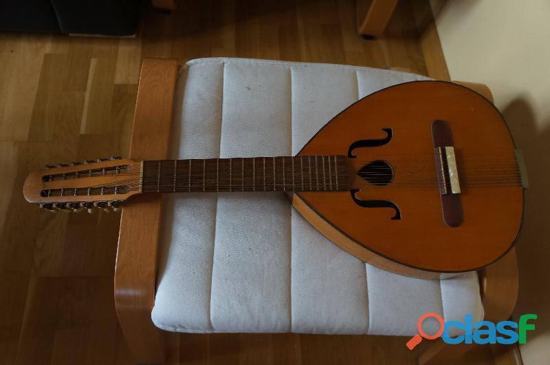 2 guitares classiques et une mandoline 1