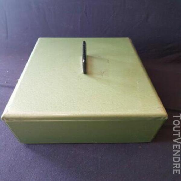 ancienne boite caisse en métal avec la clef pour objets d