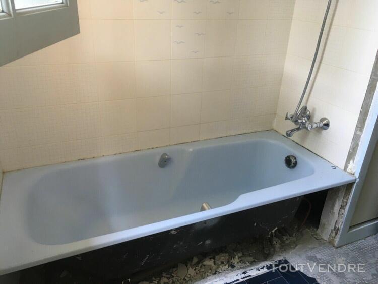 salle de bains baignoire en fonte, lavabo, bidet et tablette