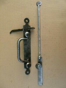 Ancienne grosse serrure clenche avec sa barre en fer