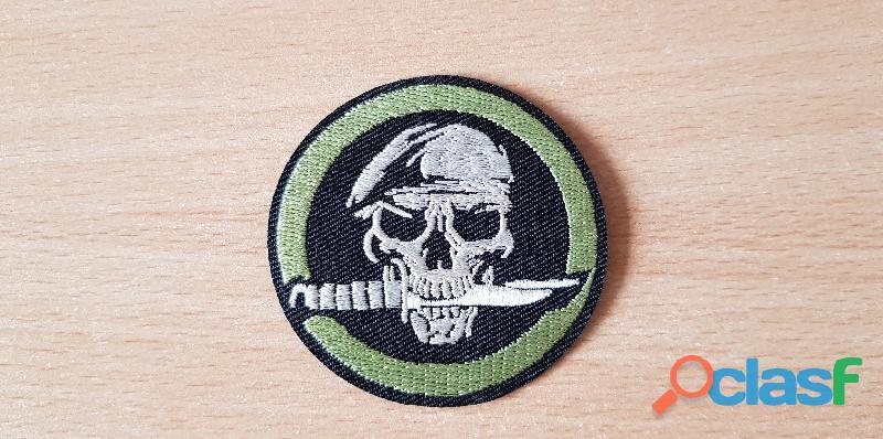 Ecusson brodé tête de mort béret vert couteau de survie