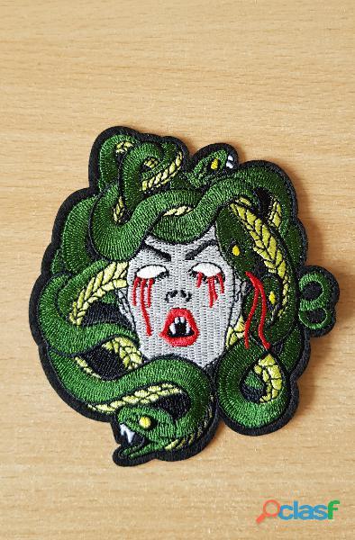 Ecusson brodé tête de gorgone femme aux serpents méduse 11x10 cm thermocollant