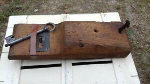 Ancienne serrure gâche de porte en bois et fer clouté -