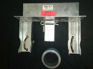 Fixation pour cheminée pour mât de parabole avec feuillard
