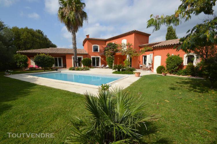 Villa de 6 pièces avec garage et piscine située dans une