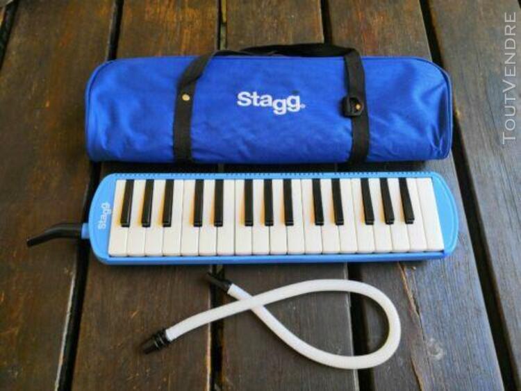 Melodica stagg bleue de 32 touches avec tout inclus.