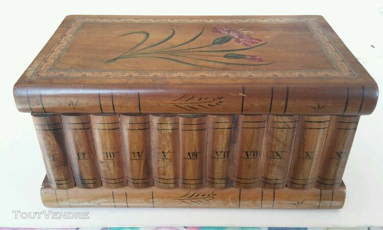 Coffret en bois forme livres dans bibliothèque belle déco,