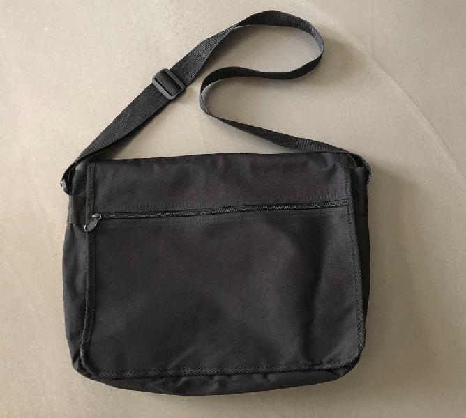 sacoche en toile nylon noire et bandoulière