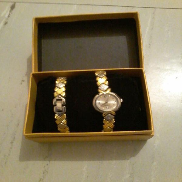 Coffret montre et le bracelet assorti pour offrir neuf,