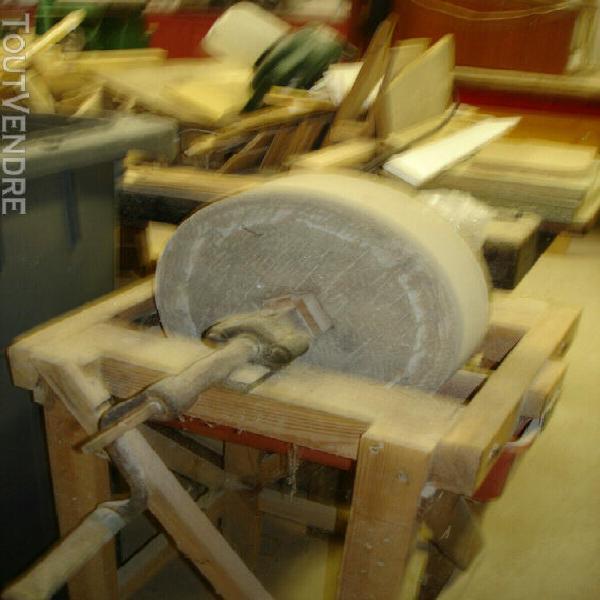 meule manuelle en pierre - longueur: 65 cm / profondeur: 5