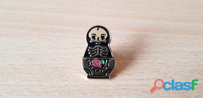 Broche badge pins pin's matriochka tête de mort squelette