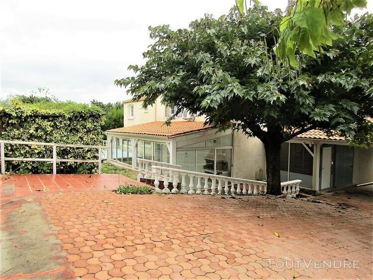 Trois palis (16730) grande maison de plus de 210 m² avec