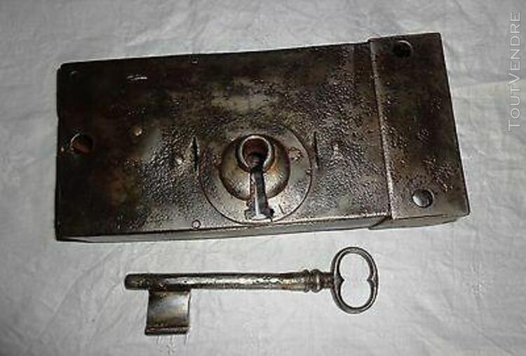 Ancienne importante serrure boitier de porte, avec clé