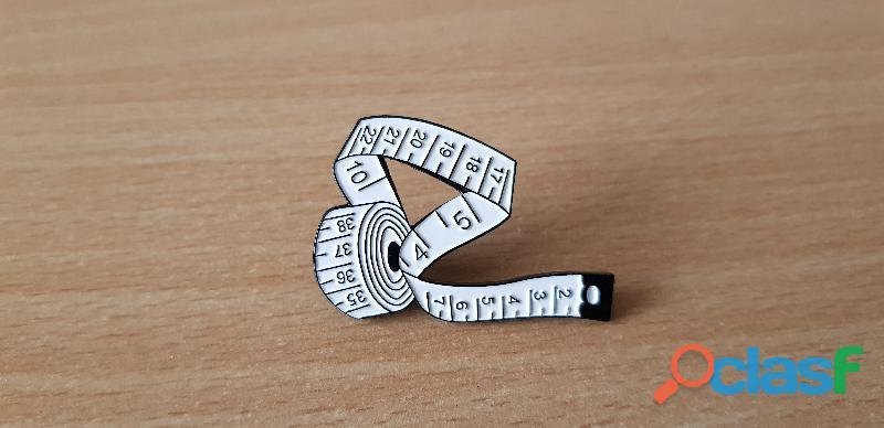 badge broche pins pin's en métal émaillé mètre de couturière couleur blanc