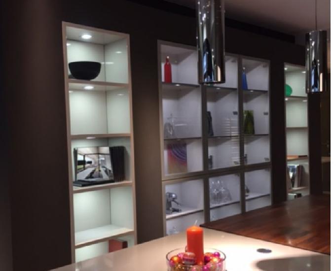 ensemble armoires vitrÉes et colonnes laquÉes avec
