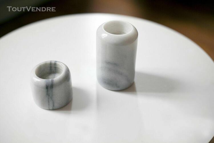 Bougeoirs en marbre blanc veiné gris