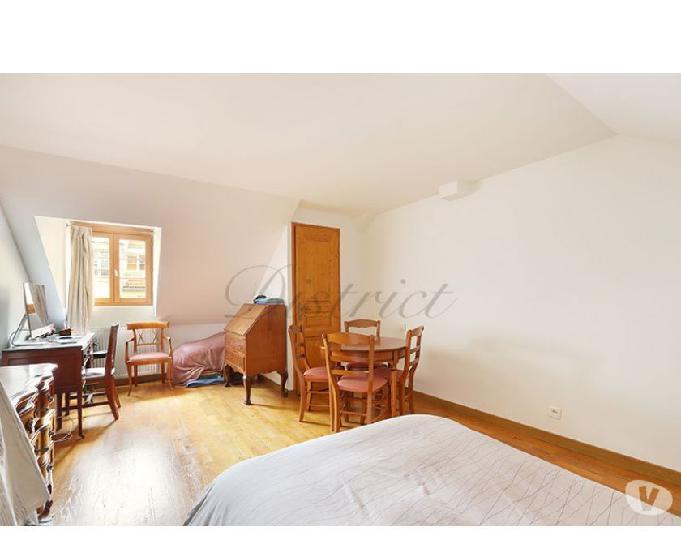 Ile saint louis duplex de 3 chambres baigné de lumière