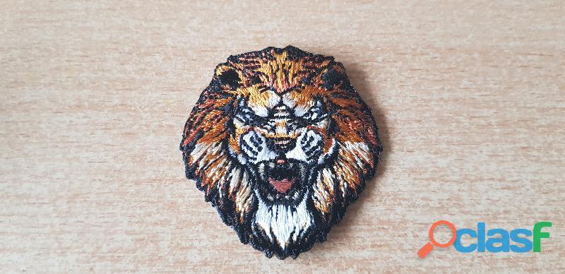 petit écusson brodé tête de lion 5x4,5 cm thermocollant, pas besoin de couture