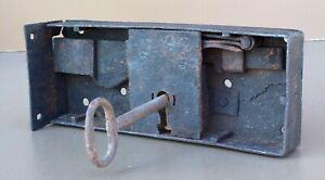 Ancienne serrure verrou en fer forgé avec sa cle old