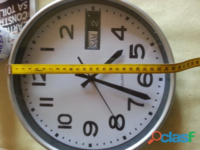 Horloge mural avec date