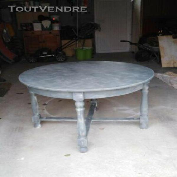 Table ronde en bois effet cérusé
