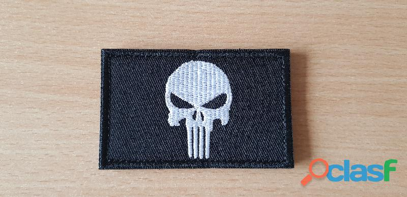 ecusson brodé tête de mort the punisher 8x5 cm verso en scratch a coudre ou scratcher