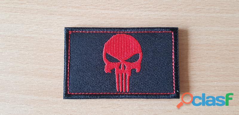 ecusson brodé tête de mort the punisher 8x5 cm verso en scratch a coudre ou scratcher rouge sur noir