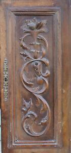 Ancienne porte de placard en bois sculpté, décor en relief