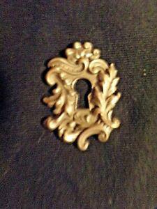 Ancienne entrée de serrure en métal repoussé -médaillon