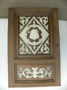 Ancienne porte en chêne sculptée d'un blason