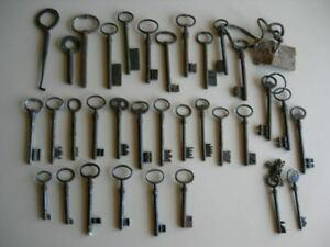 Lot de 33 anciens clefs fer / forge passe partout triangle