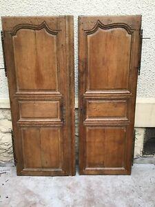 Deux portes d'armoire ancienne en chêne mouluré