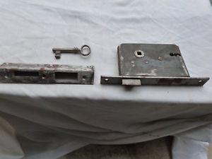 Serrure ancienne en fer du xx eme pour porte avec sa clé