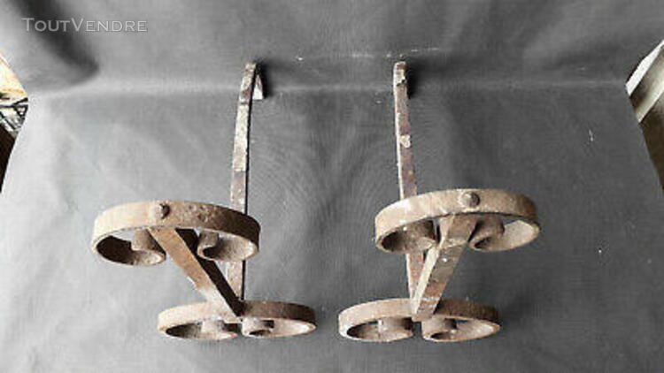 Vieille paire de chenets de cheminée anciens en fer forgé