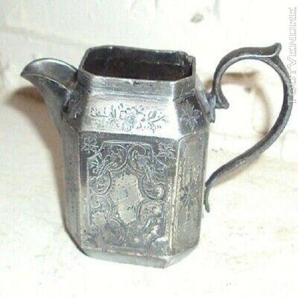 Magnifique petit pichet à lait en métal argenté ou etain