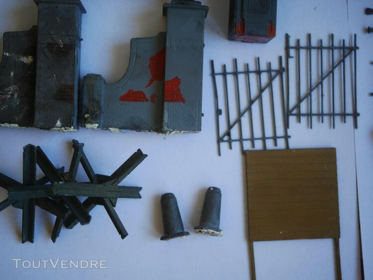 1/35 lot figurines + accesoires + ruines + 2 epaves (side ca