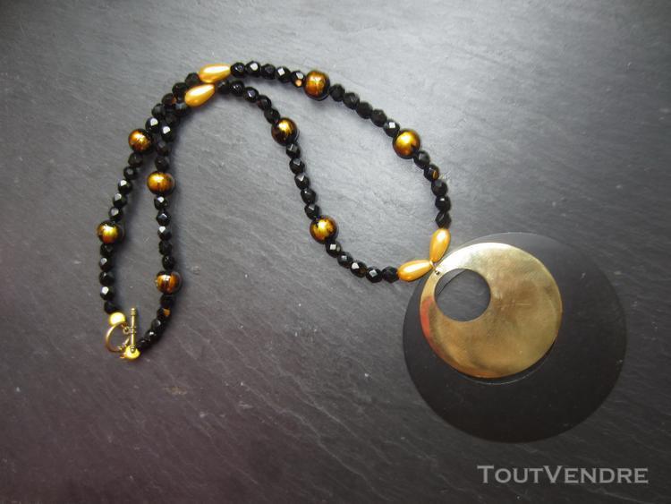 Collier avec pendentif noir et or